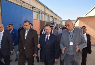محافظ بني سويف يصطحب وزير القوى العاملة في زيارة  مصنع ملابس جاهزة يصدر بـ 20 مليون دولار سنويا ويوفر 1800 فرصة عمل